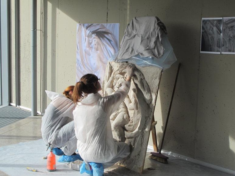 """Skulptūros restauravimo studentės tarptautinėje parodoje """"Baldai"""" (""""LITEXPO"""") rūmuose / VDA nuotr."""
