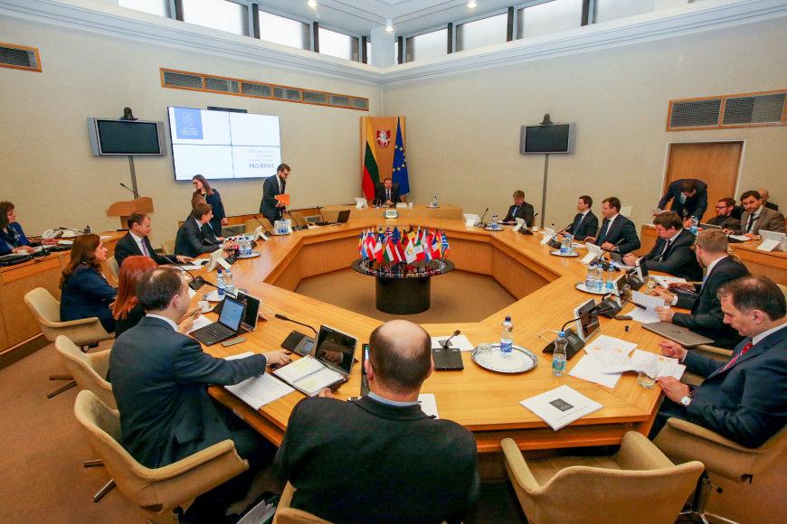 Vyriausybės programos įgyvendinimo priemonių plano projekto aptarimas su frakcijomis.