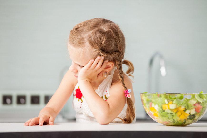 Mergaitė atsisako salotų