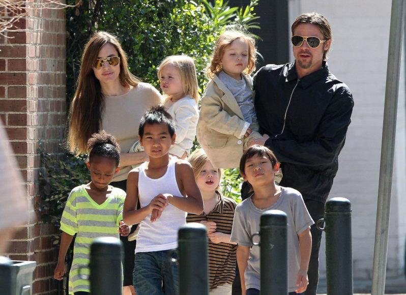 Vida Press nuotr./Angelina Jolie ir Bradas Pittas su visais vaikais (2011 m.)