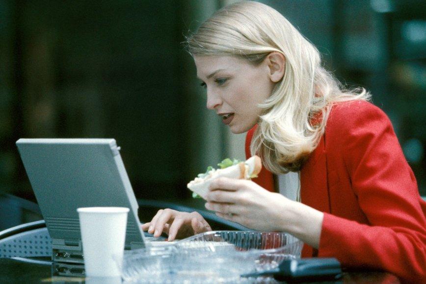 Moteris dirba kompiuteriu