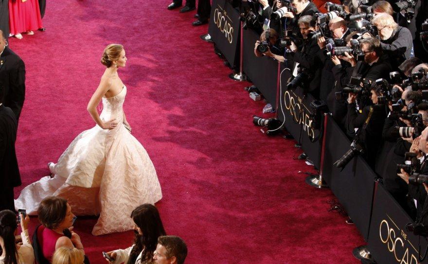 """Reuters""/""Scanpix"" nuotr./Jennifer Lawrence pozuoja fotografams"
