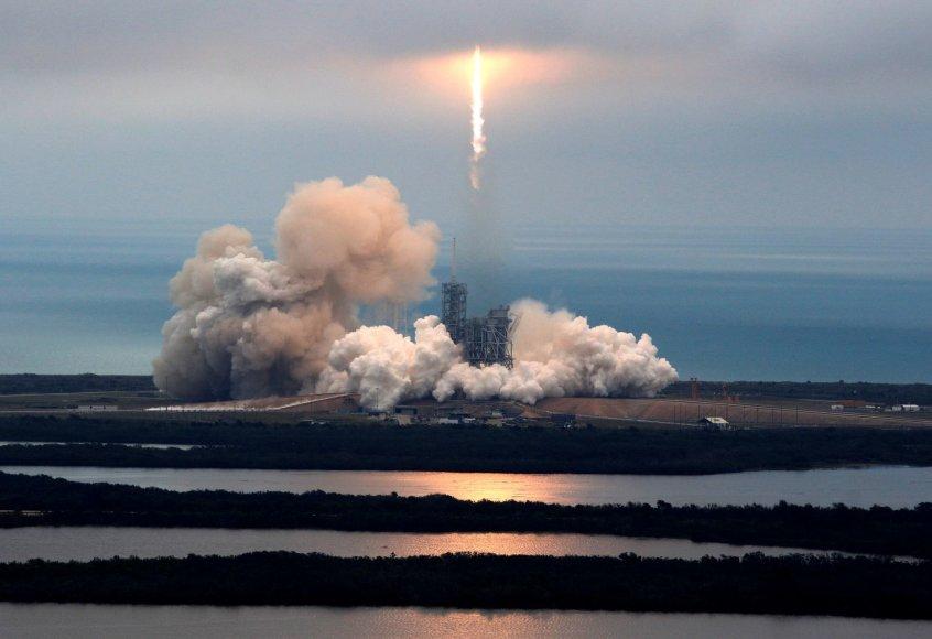 """""""SpaceX Falcon 9"""" raketos pakilimas Floridoje"""
