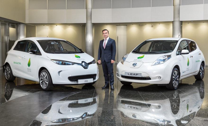 """Carlosas Ghosnas prie """"Renault Zoe"""" ir """"Nissan LEAF"""""""