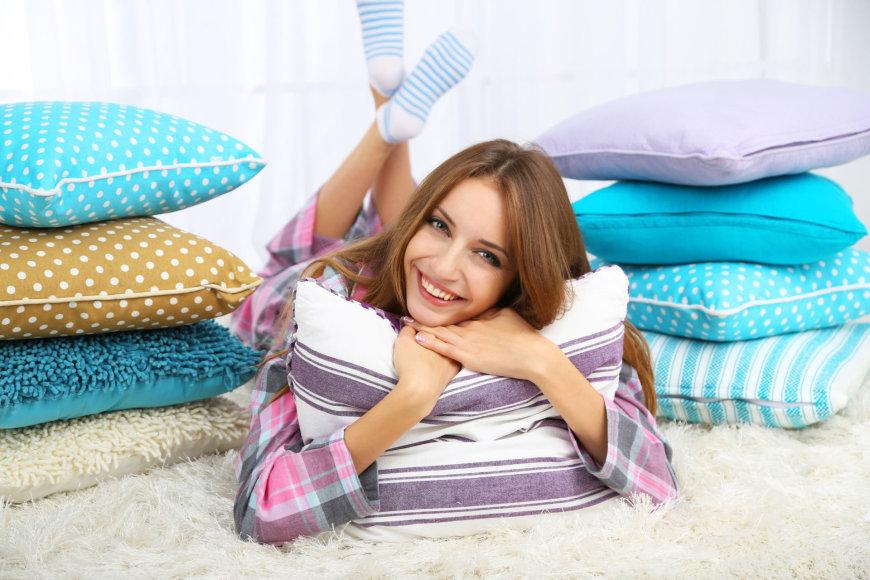 """""""Fotolia"""" nuotr./Mergina tarp pagalvių"""