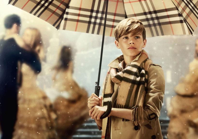 """Romeo Beckhamas kalėdinėje """"Burberry"""" reklamoje"""