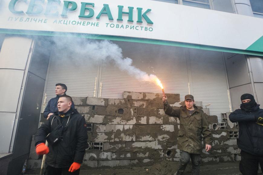 """""""Azov"""" aktyvistų taikinys – Rusijos bankas """"Sberbank"""""""