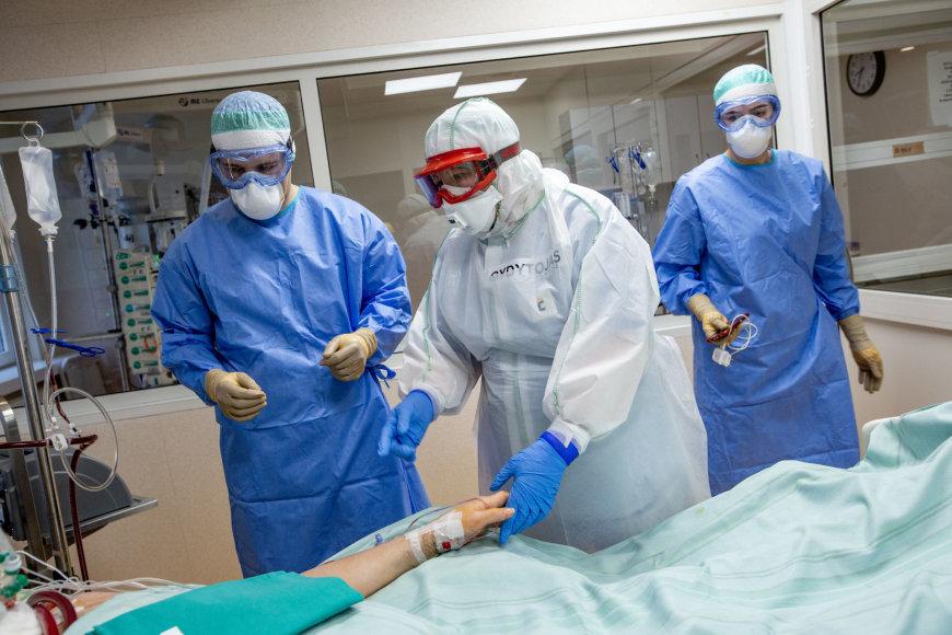 Vidmanto Balkūno nuotr. (VUL Santaros klinikos)/Medikai, kovojantys su koronavirusu