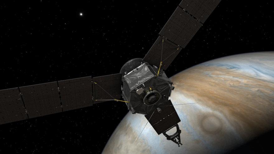 """Zondas """"Juno"""" sukasi ties Jupiteriu (menininko iliustracija)"""