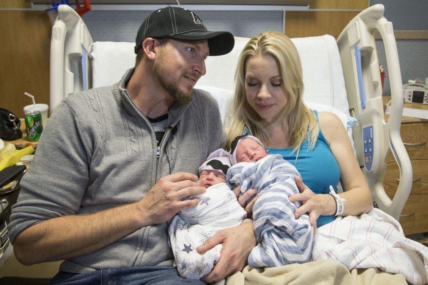Holly ir Brandonas Shay su dvyniais