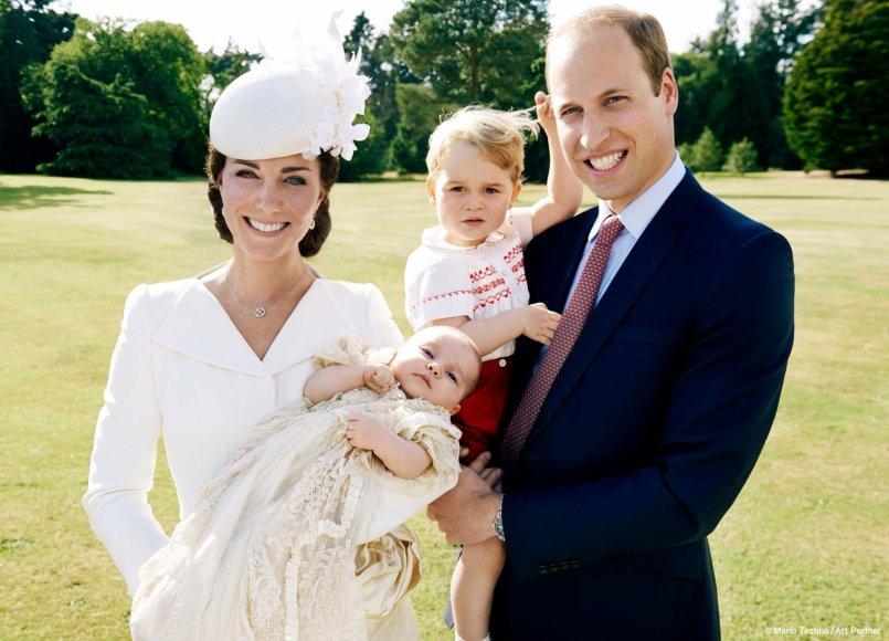 Princas Williamas ir Kembridžo hercogienė Catherine su princese Charlotte Elizabeth Diana ir princu George'u