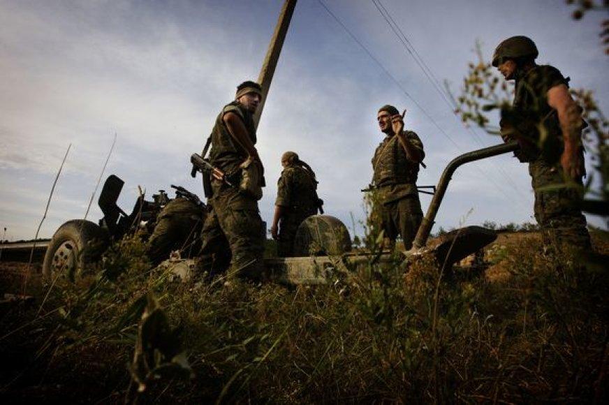 Gruzijos kariai artilerijos įtvirtinimuose.