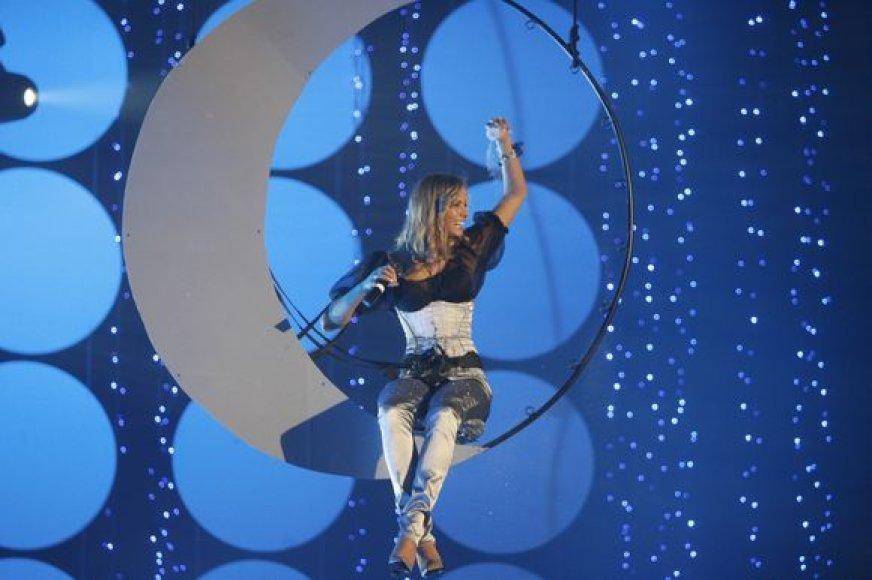 """Grupės """"69 danguje"""" narė dainininkė Goda Sabutytė """"Radiocentro apdovanojimuose 2008""""."""