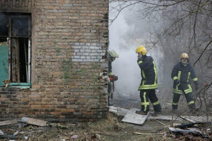 Ugniagesiai kovoja su gaisru.