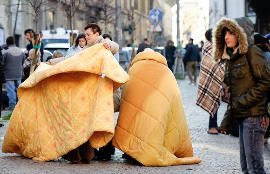 Be namų likę italai bando sušilti po antklodėmis.