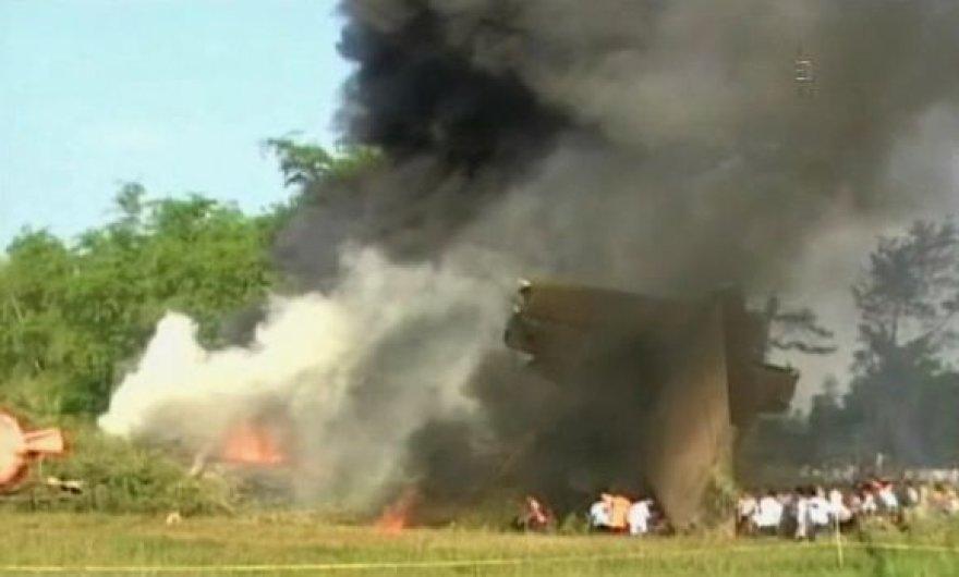 Smarkiai liepsnojantis sudužęs lėktuvas.