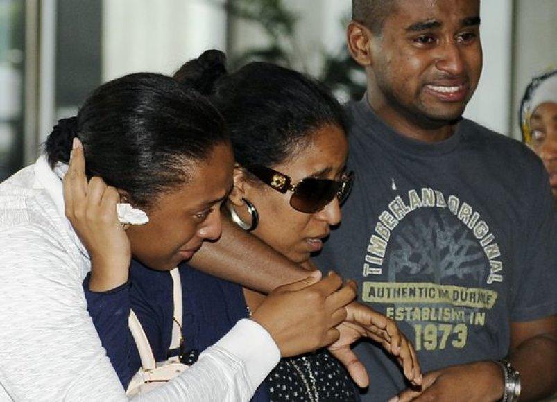 Čarlio de Golio oro uoste aukų artimieji laukia žinių iš katastrofos.
