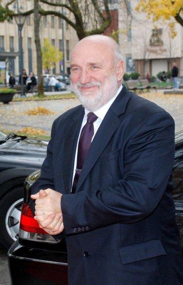 Latvijos Ministras Pirmininkas Ivaras Guodmanis (Ivars Godmanis) Vilniuje prie Vyriausybės rūmų.