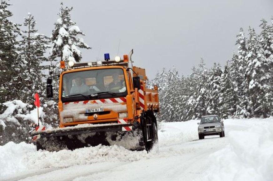 Valomas sniegas nuo kelio