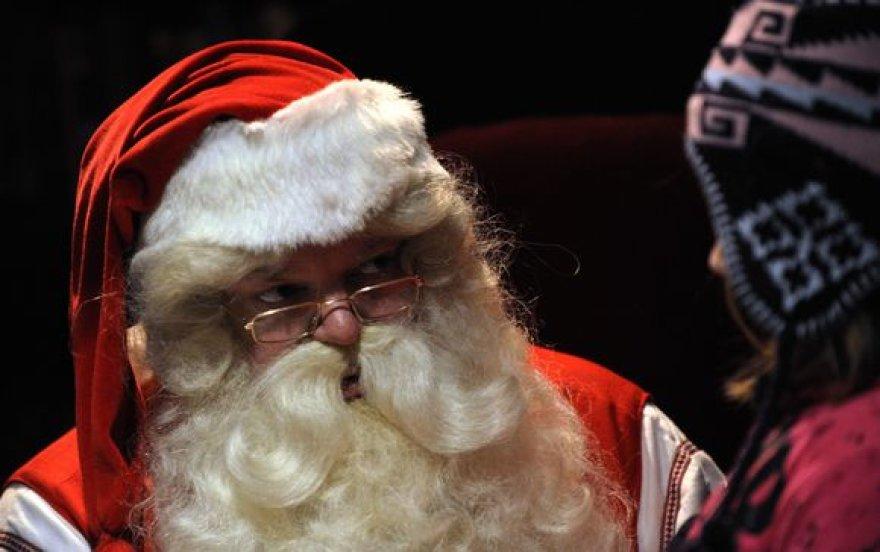 Kalėdų Senelis bendrauja su vaiku