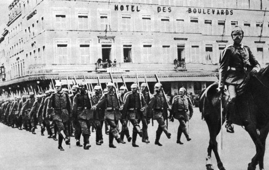 Vokiečių kariai žygiuoja.