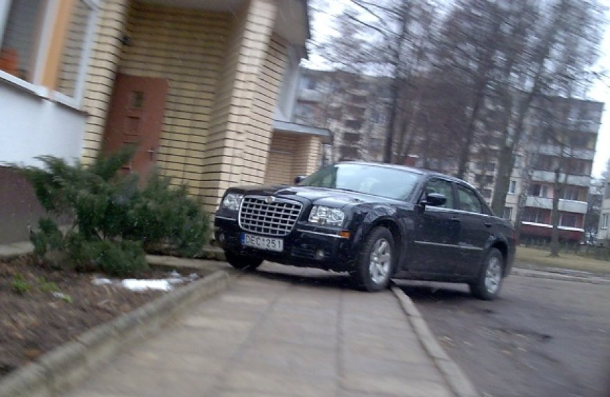 Chrysleris prie mokyklos