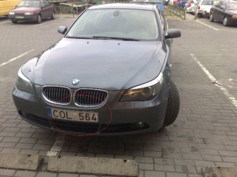 Numestas BMW prie parduotuvės