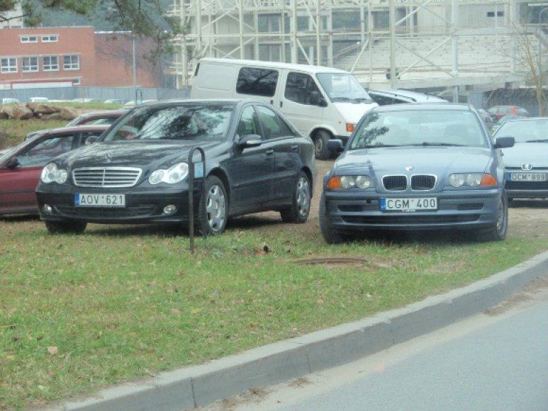 Automobiliai ant žalios vejos