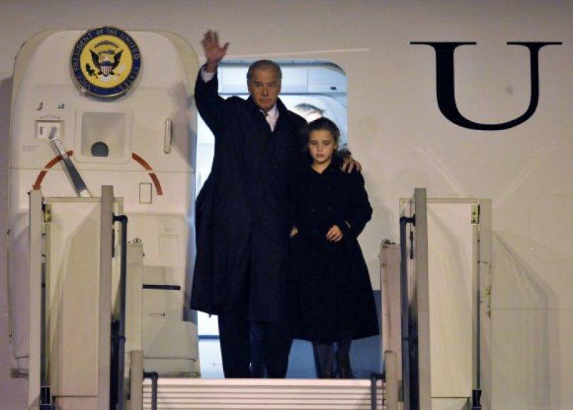 Josephas Bidenas su vaikaite Finnegan James Biden Prahos oro uoste.