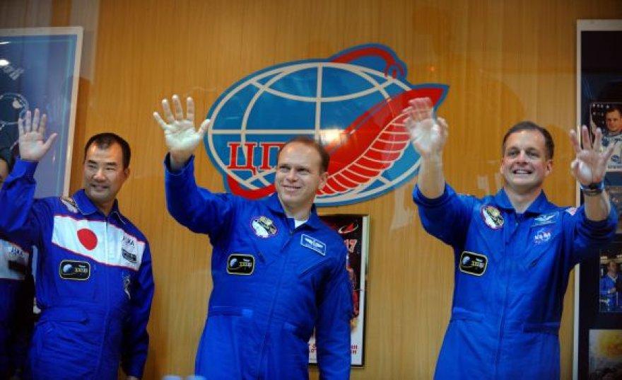 Astronautai Timothy J. Creameris (dešinėje), Olegas Kotovas ir Soichi Noguchi