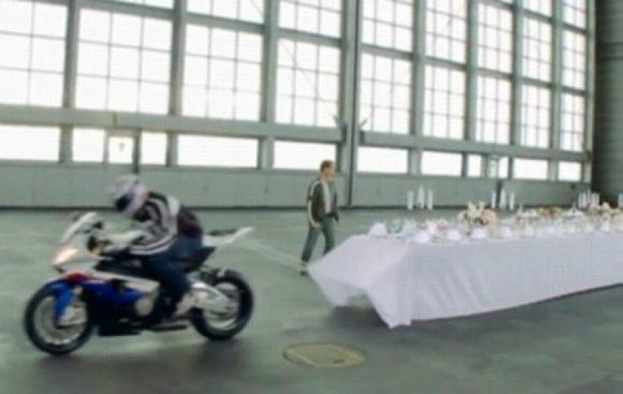 Motociklu BMW atliekamas triukas