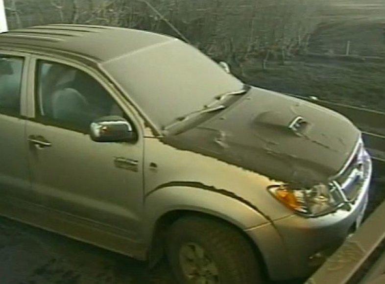 Pelenai dengia Islandijos ūkininkų laukus ir automobilius