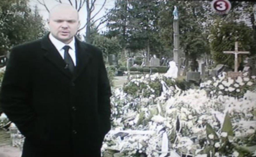Laidos vedėjas K.Krivickas prie D.Kedžio kapo