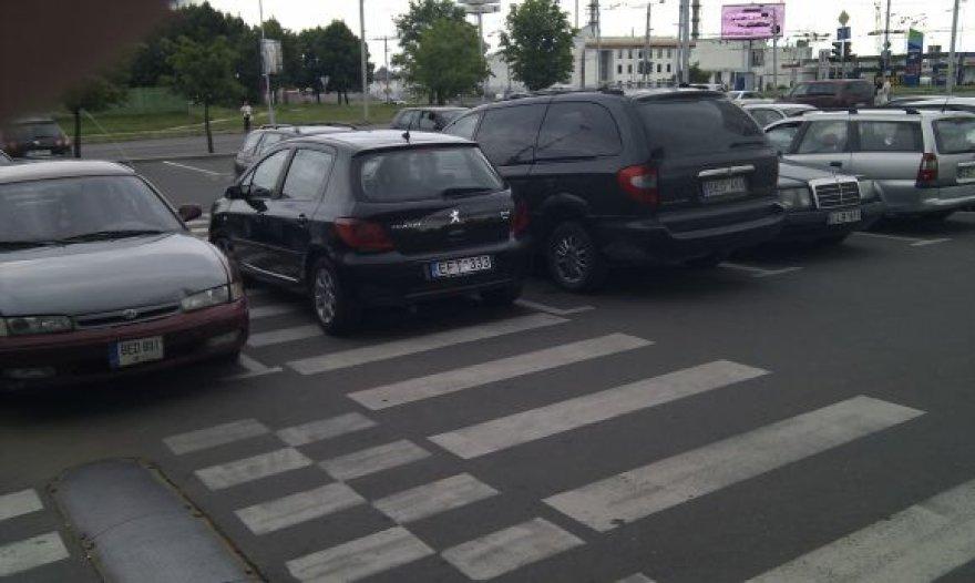 Automobilis ant pėsčiųjų perėjos