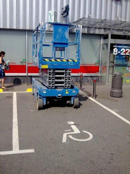 Fotopolicija. Keltuvas neįgaliųjų vietoje.