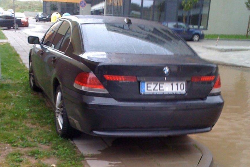 Fotopolicija. BMW ant šaligatvio