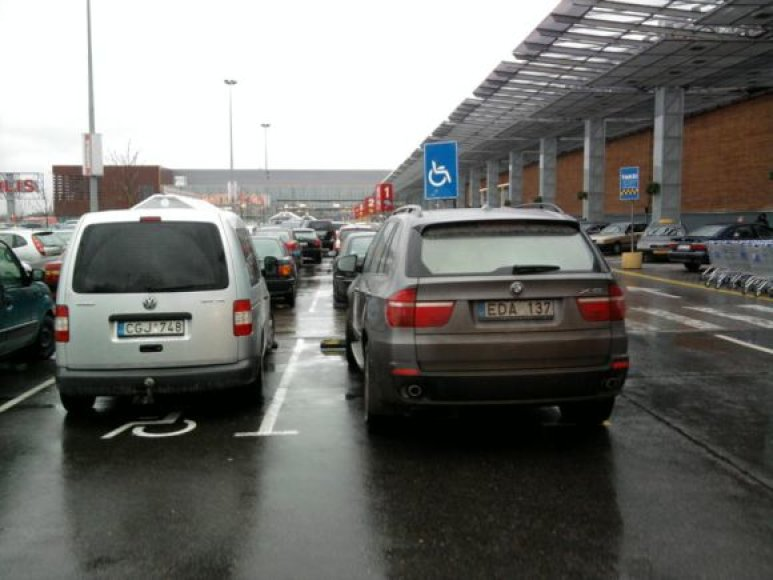 """BMW ir """"Volkswagenas"""" prie prekybos centro """"Akropolis"""""""