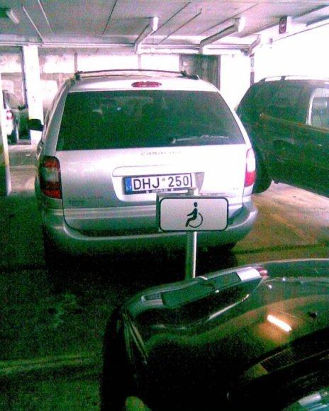 Fotopolicija: automobilis neįgaliųjų vietoje Šiauliuose