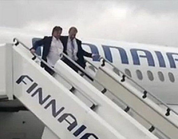 Suomijos ledo ritulio rinktinės treneris P.Nurminenas lipa iš lėktuvo