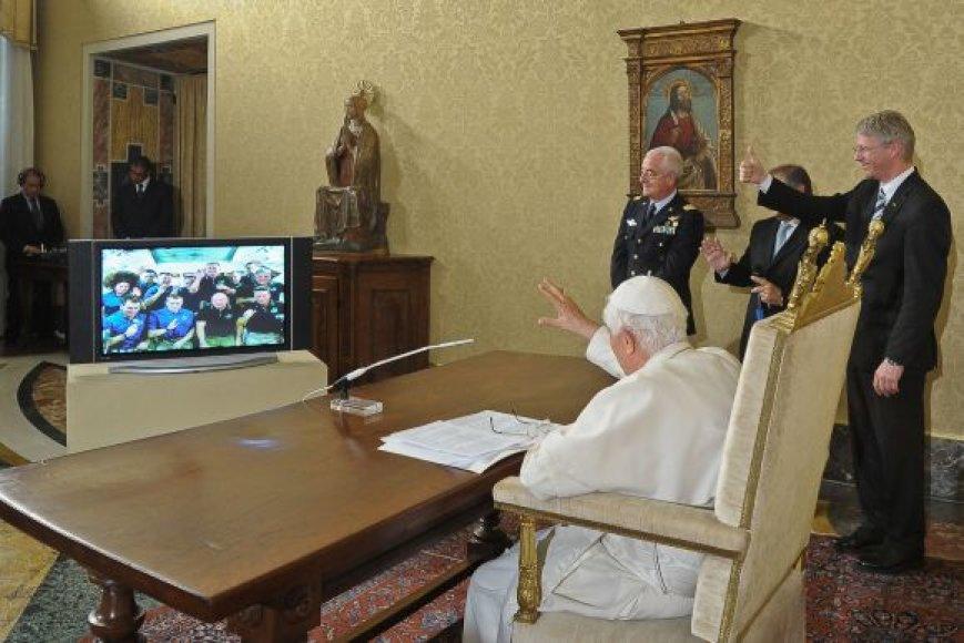 Popiežius Benediktas XVI bendravo su astronautais
