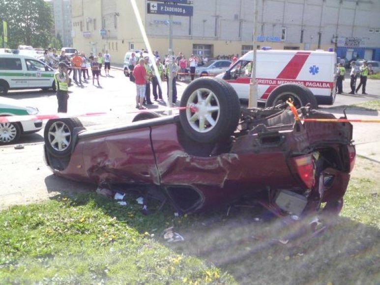 Apvirtusi HONDA po avarijos Vilniuje, S.Neries gatvėje