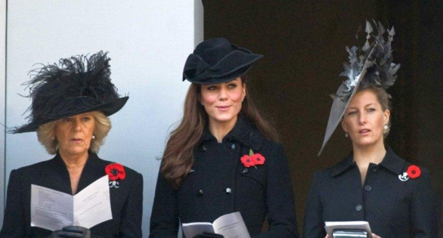 Catherine Middleton (centre) pripažinta stilingiausia skrybėlaičių dėvėtoja.