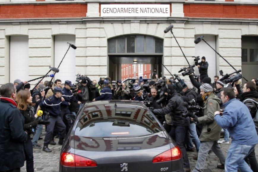 Dominique'as Straussas-Kahnas atvyksta į Lilio policiją.