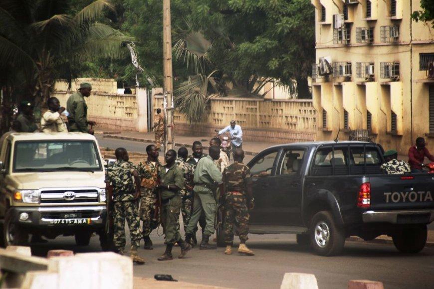 Malio kariai Bamako gatvėje