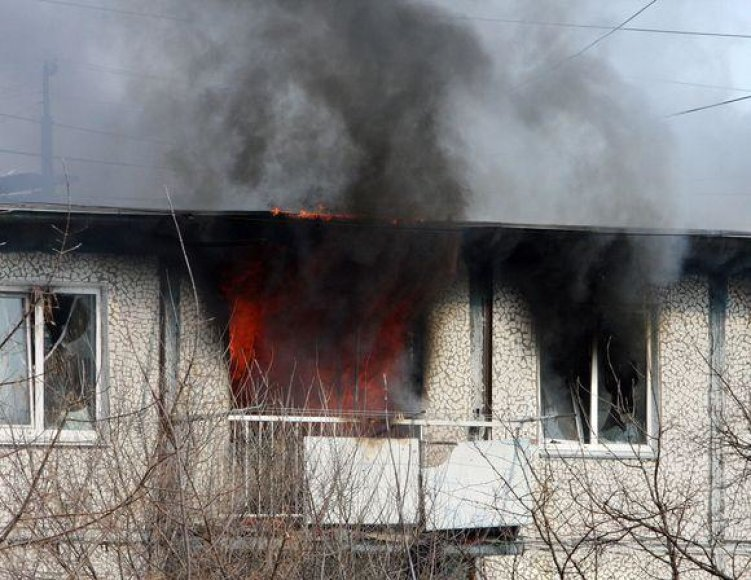 Pareigūnų mesta granata bute sukėlė gaisrą.