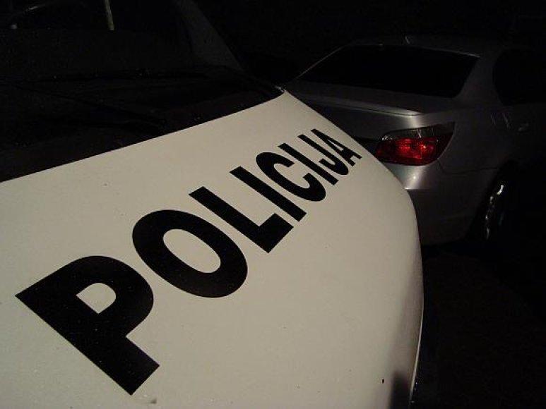Policininkai buvo priversti šaudyti į orą.