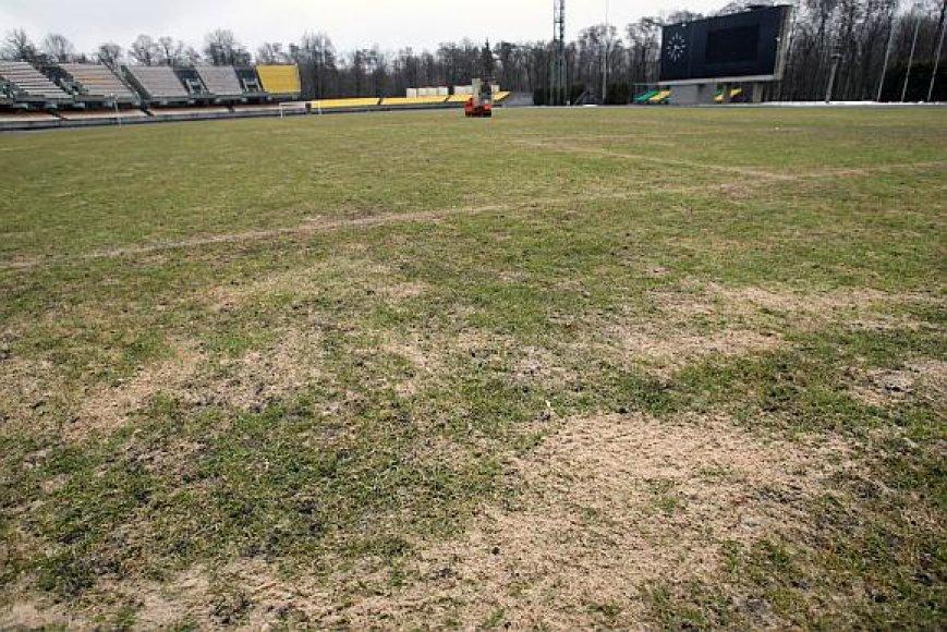 Ankstyvą pavasarį stadione žolės mažoka.