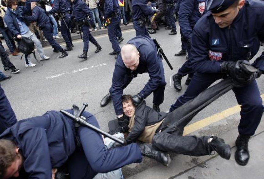 Olimpinio deglo nešimas per Paryžių pernai baigėsi protestuotojų ir policijos susirėmimais.