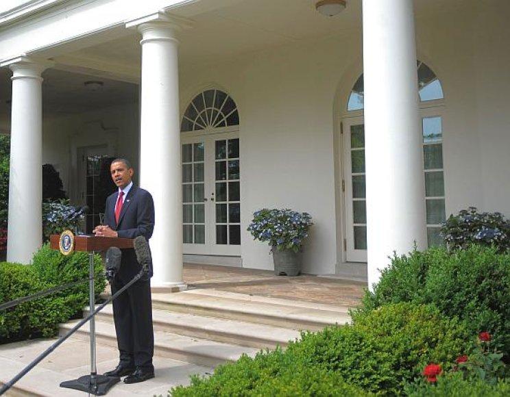 Barackas Obama Baltųjų rūmų fone