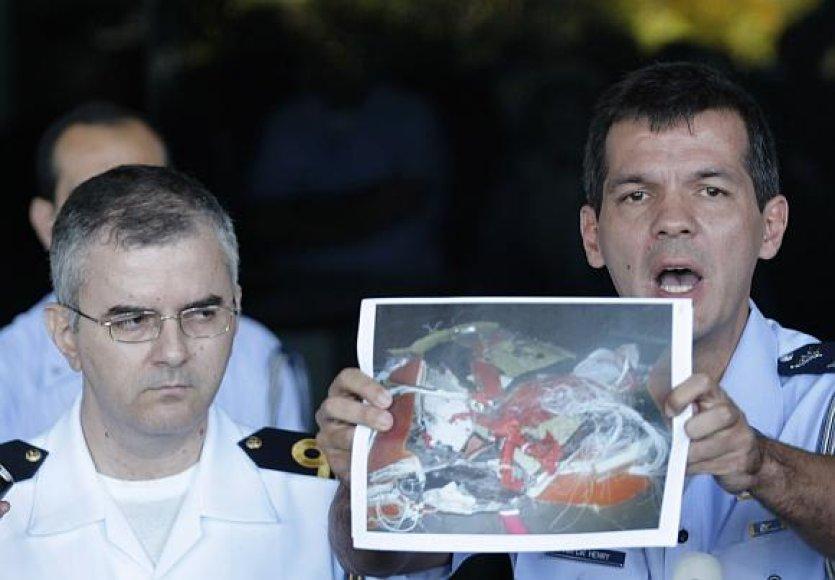 """Brazilijos karinių oro pajėgų pareigūnas Henry Munozas demonstruoja jau surastų """"Air France"""" lėktuvo nuolaužų nuotrauką."""